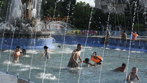 Lyudi kupayutsya v fontane v Tashkente - Sputnik Oʻzbekiston