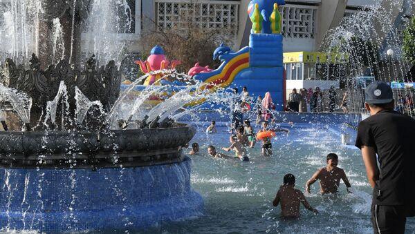 Ташкентцы купаются в фонтане, спасаясь от жары - Sputnik Ўзбекистон