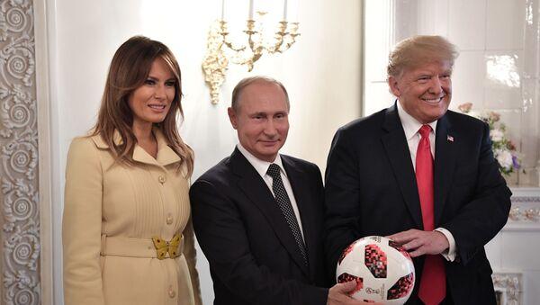 Президент РФ Владимир Путин и президент США Дональд Трамп (справа) с супругой Меланьей с мячом чемпионата мира 2018 по футболу во время встречи в Хельсинки. - Sputnik Узбекистан