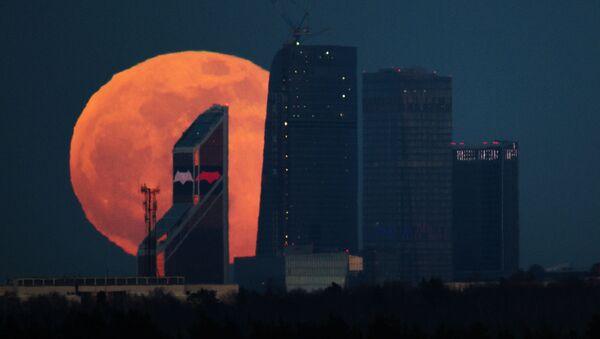 Полнолуние над Московским международным деловым центром Москва-Сити - Sputnik Узбекистан