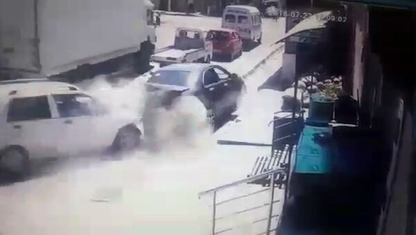 Gruzovik bez tormozov protaranil 7 avto v Oshe, yest postradavshiye — video - Sputnik Oʻzbekiston