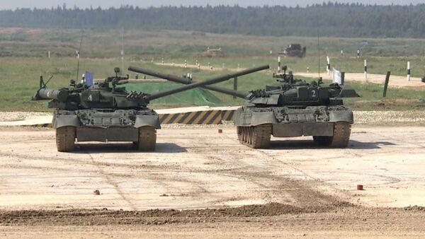 Tankovыy balet: tyajelыe T-80 kurjatsya pod Lebedinoye ozero - Sputnik Oʻzbekiston