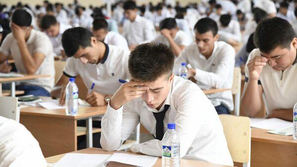 Студенты во время вступительных экзаменов в Узэкспоцентре - Sputnik Ўзбекистон