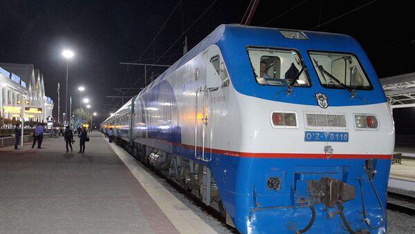 Поезд перед отправлением - Sputnik Ўзбекистон