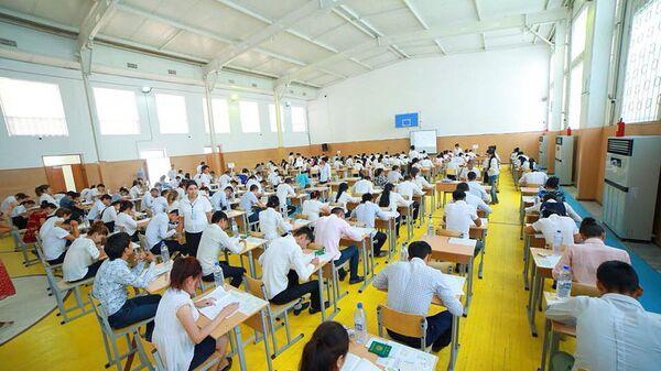 Абитуриенты во время вступительных экзаменов - Sputnik Узбекистан