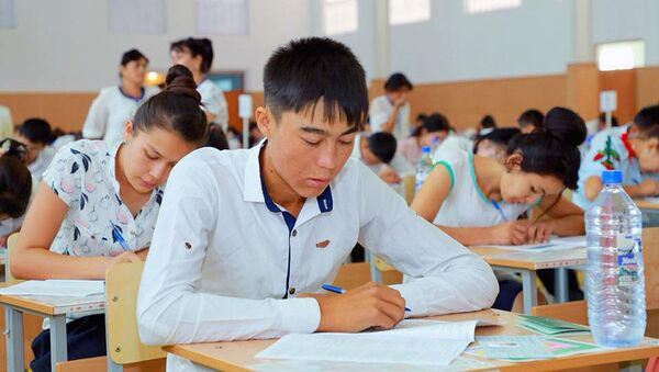 Абитуриенты во время испытательных экзаменов  - Sputnik Ўзбекистон