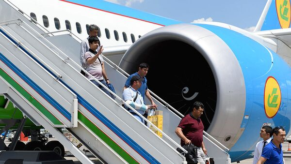 Пассажиры спускаются по трапу в аэропорту Ташкента - Sputnik Ўзбекистон