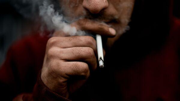 Mujchina kurit sigaretu - Sputnik Oʻzbekiston