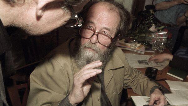 Писатель А. Солженицын отвечает на вопросы слушателей. - Sputnik Ўзбекистон