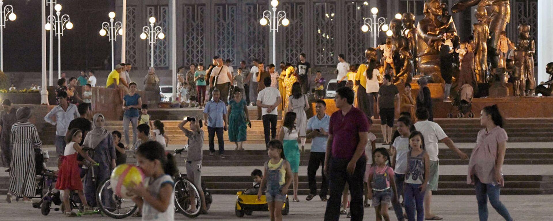 Люди гуляют в Парке Дружбы Народов - Sputnik Ўзбекистон, 1920, 17.03.2020