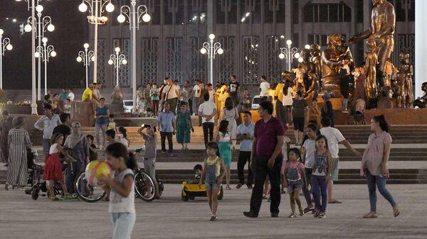 Люди гуляют в Парке Дружбы Народов - Sputnik Узбекистан