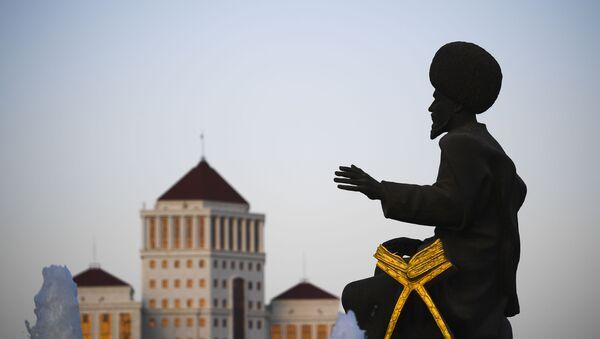 Скульптура народного героя Туркменистана у монумента Независимости Туркменистана в Ашхабаде - Sputnik Ўзбекистон