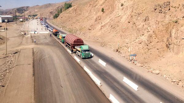 Автомобили на перевале Камчик - Sputnik Узбекистан