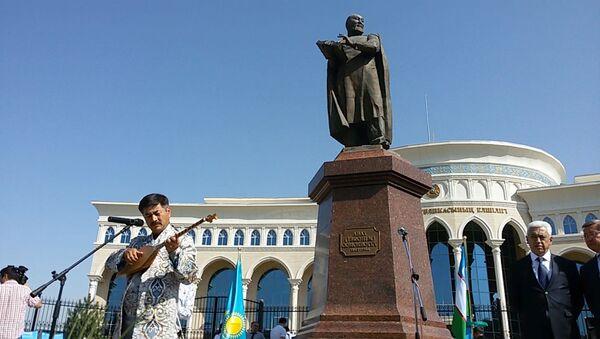Poytaxtda buyuk qozoq shoiri Abay Kunanbayev tavalludining 173 yilligi nishonlandi - Sputnik Oʻzbekiston