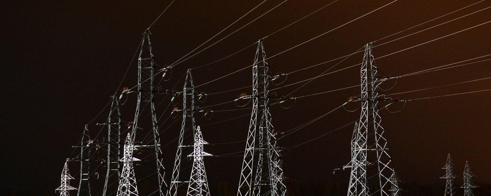 Высоковольтные линии электропередач - Sputnik Узбекистан, 1920, 04.10.2021