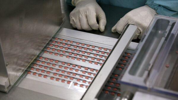 На линии упаковки таблетированных препаратов - Sputnik Узбекистан
