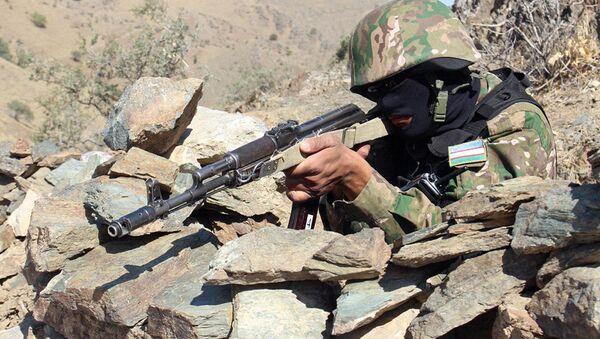 Военнослужащий ВС Узбекистана во время учений - Sputnik Узбекистан