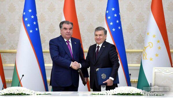 Emomali Raxmon i Shavkat Mirziyoyev vo vremya podpisaniya dokumentov - Sputnik Oʻzbekiston