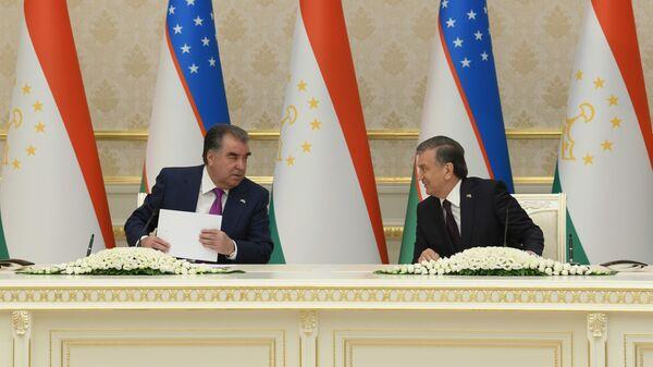 Шавкат Мирзиёев и Эмомали Рахмон во время подписания документов - Sputnik Ўзбекистон
