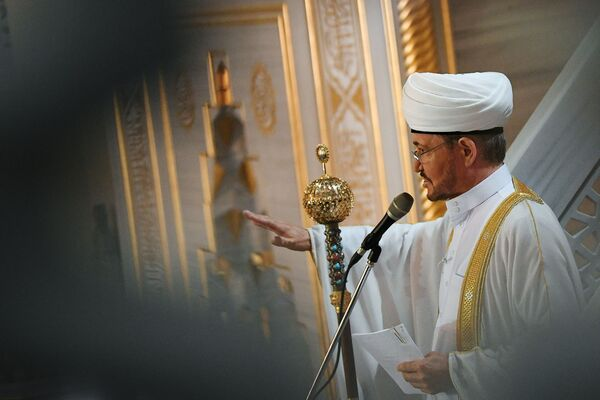 Председатель совета муфтиев России Равиль Гайнутдин выступает перед верующими на богослужении в честь праздника Курбан-байрам в Московской соборной мечети. - Sputnik Узбекистан