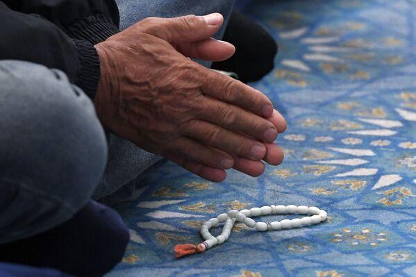 Верующий на намазе в праздник Курбан-байрам в мечети Кул-Шариф в Казани. - Sputnik Узбекистан