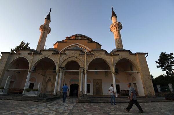 Мусульмане у мечети Джума Хан Джами в Евпатории во время празднования Курбан-байрама. - Sputnik Узбекистан