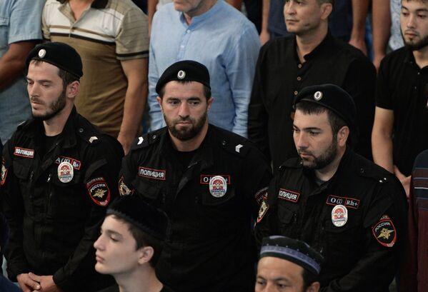 Верующие на намазе в праздник Курбан-байрам в мечети Сердце Чечни в Грозном. - Sputnik Узбекистан