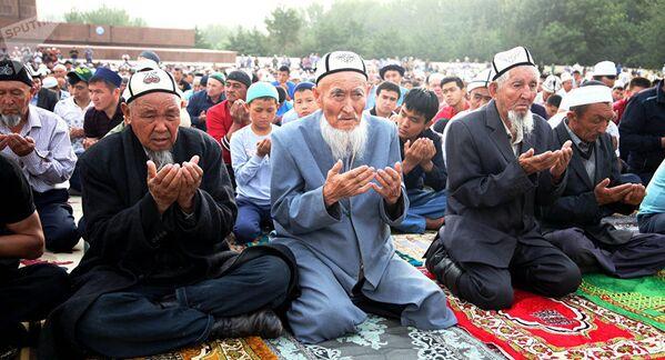 Мусульмане на праздничной молитве на центральной площади города Ош - Sputnik Узбекистан