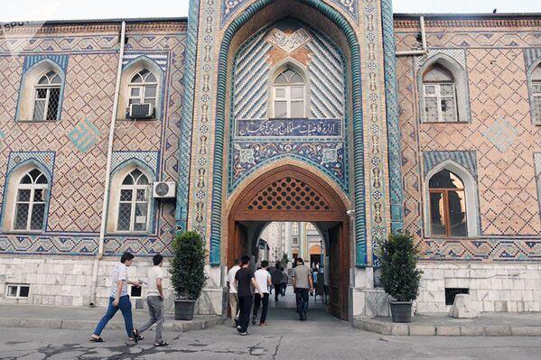 Праздничная молитва на Курбан-байрам в Душанбе, где праздник отмечают только один день, 21 августа. - Sputnik Узбекистан