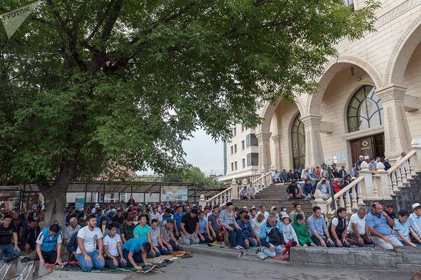 Праздничная молитва в праздник Курбан-байрам в Казахстане, выходным днем в республике объявлено только 21 августа. - Sputnik Узбекистан