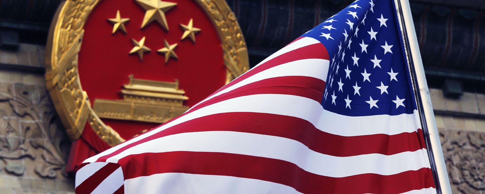 Флаг США на фоне эмблемы Китая - Sputnik Узбекистан, 1920, 24.12.2020