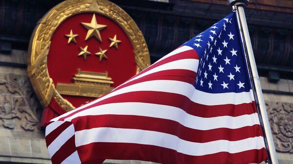 Флаг США на фоне эмблемы Китая - Sputnik Ўзбекистон