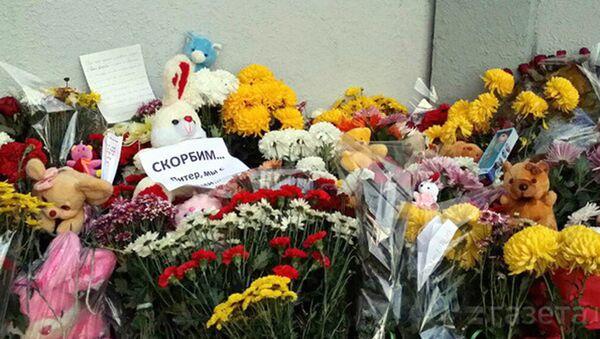 Ташкентцы несут цветы к посольству России - Sputnik Узбекистан