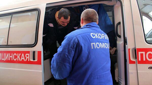 Врач скорой помощи помогает пострадавшему выйти из машины - Sputnik Узбекистан