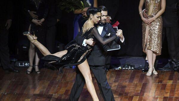 Rossiyskiye tantsorы tango Dmitriy Vasin i Sagdiana Xamzina vo vremya finala chempionata mira po tango v Buenos-Ayrese - Sputnik Oʻzbekiston