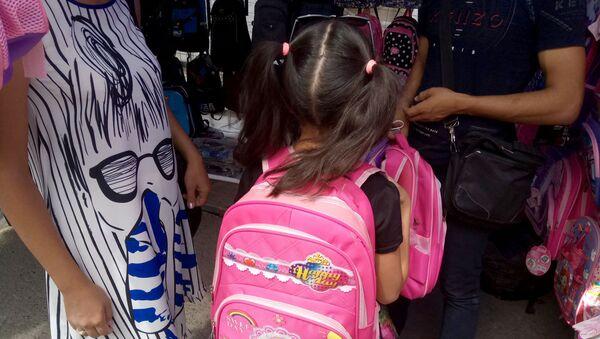 Девочка выбирает портфель  - Sputnik Узбекистан