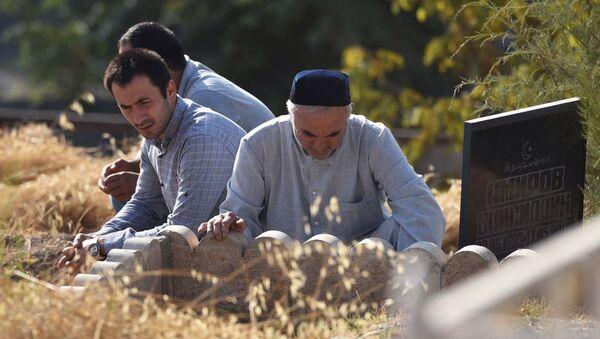 На мусульманском кладбище в Душанбе. - Sputnik Ўзбекистон
