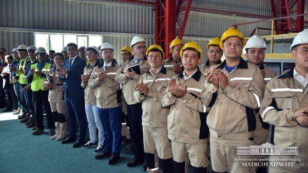 Президент Республики Узбекистан Шавкат Мирзиёев во время визита на  Узбекский металлургический комбинат - Sputnik Ўзбекистон