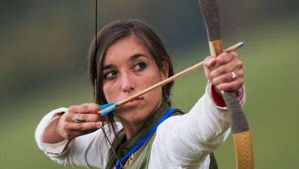 Участница соревнований в стрельбе из лука на Всемирных играх кочевников - Sputnik Узбекистан