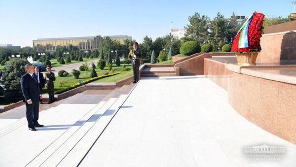 Шавкат Мирзиёев возлагает цветы к памятнику Независимости - Sputnik Ўзбекистон