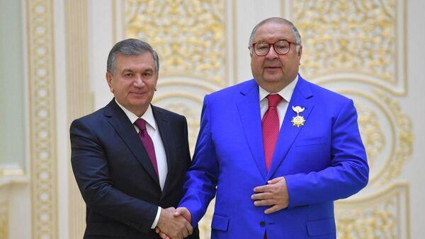 Prezident Uzbekistana Shavkat Mirziyoyev nagradil Alishera Burxanovicha Usmanova ordenom El-yurt xurmati. - Sputnik Oʻzbekiston