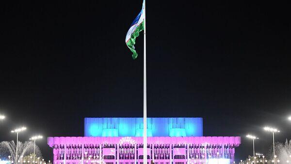 Площадь и Дворец Дружбы народов с гигантским флагом Узбекистана - Sputnik Ўзбекистон