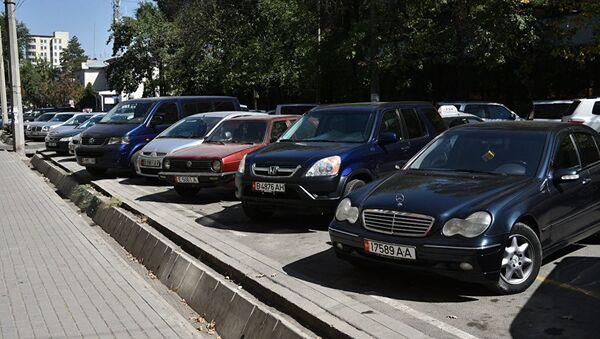 Parkovka qilingan avtomobillar - Sputnik Oʻzbekiston