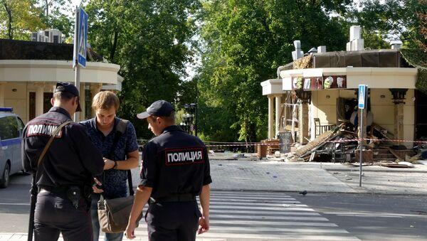Сотрудники полиции у здания кафе Сепар в Донецке, где произошел взрыв в результате которого погиб глава ДНР Александр Захарченко. - Sputnik Узбекистан