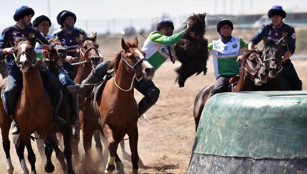 Французские (синие) и узбекские (зеленые) всадники играют в традиционный Среднеазиатский спорт Бузкаши, также известный как Кок-Бору или Оглак Тартис во время Всемирных игр кочевников 2018 года в Чолпон-Ате, Восточный Кыргызстан - Sputnik Узбекистан