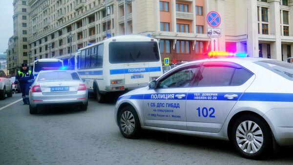 Avtomobili politsii na odnoy iz ulits v Moskve - Sputnik Oʻzbekiston