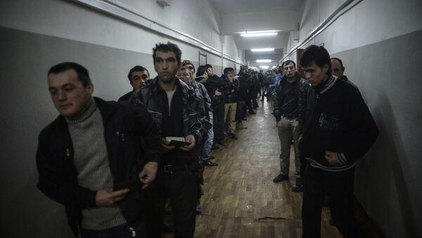 Иностранные рабочие во время проверки документов - Sputnik Узбекистан