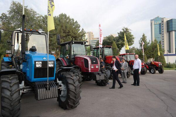 Белорусские тракторы на выставке в Ташкенте - Sputnik Узбекистан