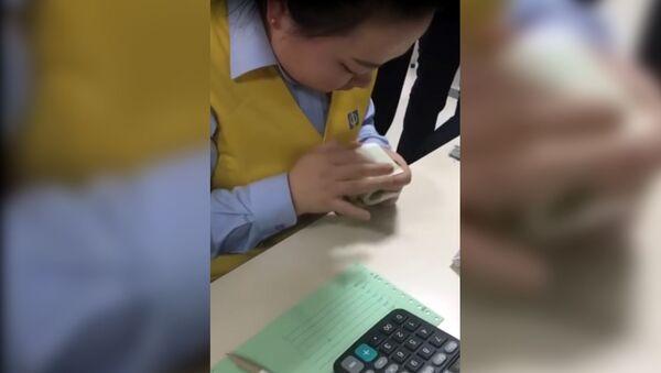 Lovkost ruk i nikakogo moshenstva - kitayanka so skorostyu sveta schitayet bablo - Sputnik Oʻzbekiston