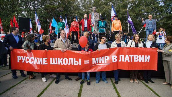 Марш в защиту русских школ в Латвии - Sputnik Узбекистан